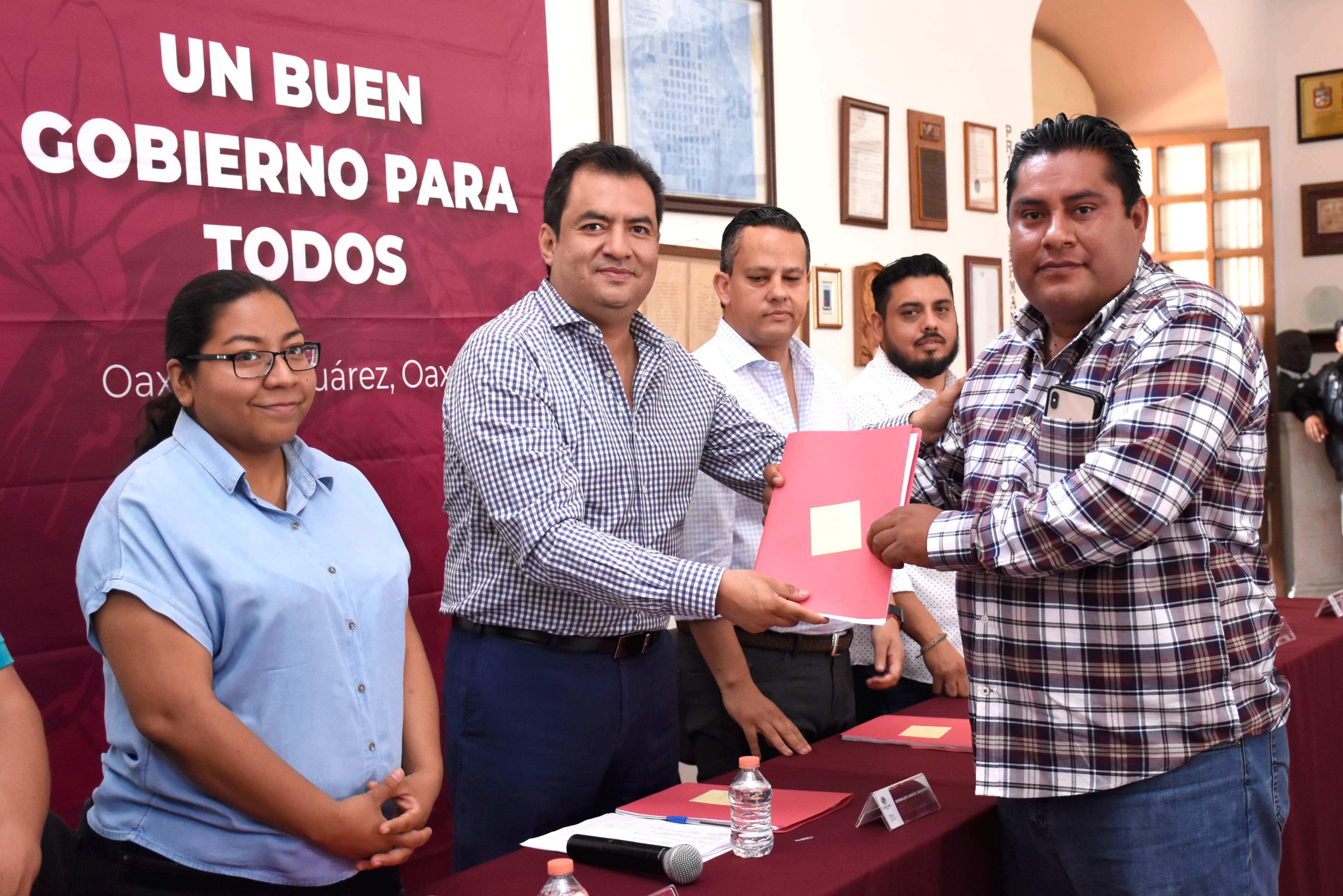 Photo of Entrega Oswaldo García vales de materiales para obras en agencias de Oaxaca de Juárez