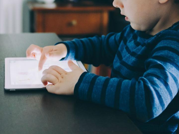 Photo of ¿Internet a tu hijo para entretenerlo? El peor error que puedes cometer
