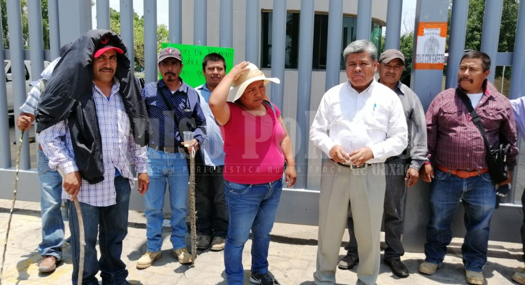 Photo of Habitantes de Tezoatlán de Segura y Luna con bloqueo piden recursos