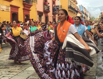 Oaxaca desborda alegria; hoy fue el primer desfile de delegaciones