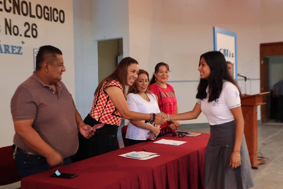 """Photo of Nancy Ortiz Cabrera entrega en el CBTIS 26 1444 Becas """"Benito Juárez"""""""