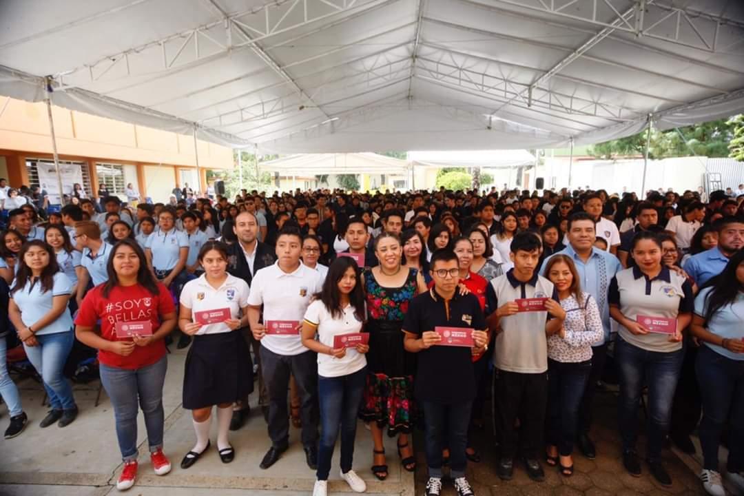 Photo of Entrega Nancy Ortiz Cabrera 966 órdenes de pago a estudiantes de la preparatoria No. 7 de la UABJO