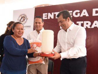 Con paquetes avícolas, refuerza Oswaldo García la autosuficiencia alimentaria de familias