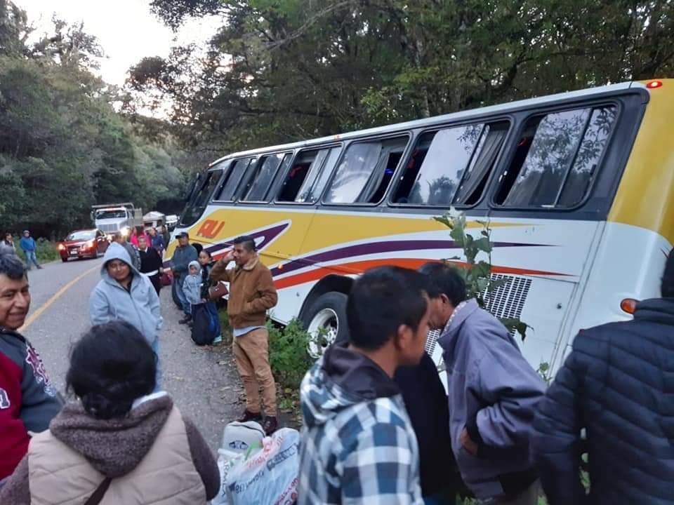 Photo of Autobús de la línea AU, se accidenta y sale de la carretera rumbo a Huautla de Jiménez
