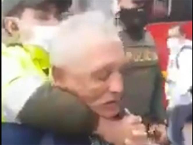 Photo of Policías someten violentamente a abuelito que vendía dulces