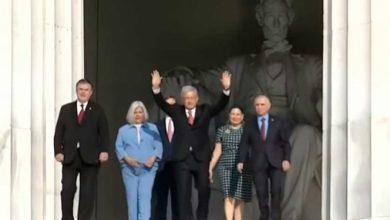 Photo of Coloca López Obrador ofrendas en monumentos de Juárez y Lincoln en EU.