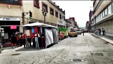 Photo of LAS CALLES CAPITALINAS LUCEN COMPLETAMENTE LLENAS DE GENTE A PESAR DEL SEMÁFORO ROJO