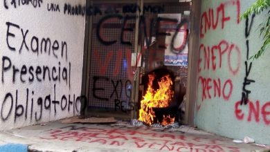 Photo of NORMALISTAS VANDALIZAN LAS OFICINAS DE LA SEP EN OAXACA